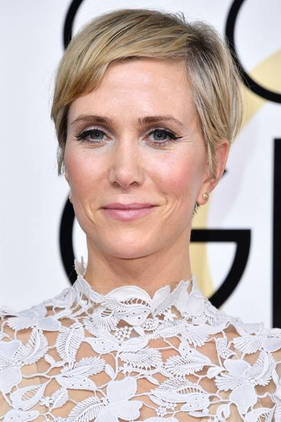 Kristen Wiig Showed Off Her Stunning Blonde Pixie Cut At The Golden Globes 2017 She Finished Look With A Gorgeous Feline Flick And Pink Tinted Lips