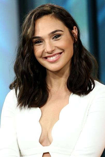 Gal gadot hairstyles makeup celebrity beauty wonder woman the wavy lob is the hairstyle of the summer and probably the year and ms gadot is bang on trend love voltagebd Images
