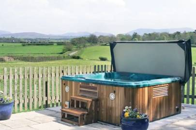Cottage With Hot Tub in Wales