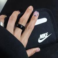 Glitter-rimmed manicure