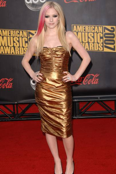 Avril Lavigne in a gold ruched dress, American Music Awards 2007. Why It Didn't Work: Pink streaks and a gold ruched dress? No Avril, go back to tartan ...