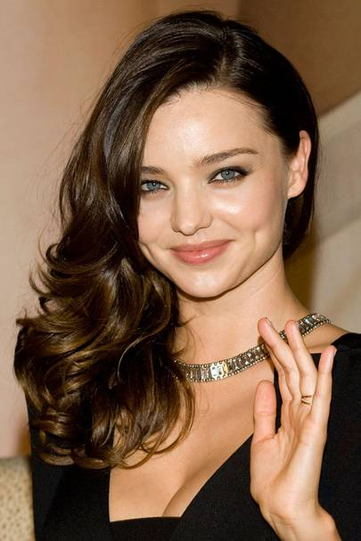 Miranda Kerr Looks Super Cute With Just A Touch Of Smoky Eye Make Up To Set Off Her Clear Blue Eyes 100s Celebrity Hairstyles For Every Cut And Colour