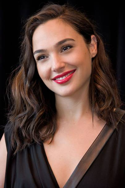Gal gadot hairstyles makeup celebrity beauty wonder woman when she wears her hair down gal often opts for soft surfer girl waves that make her look like she is beach ready voltagebd Images
