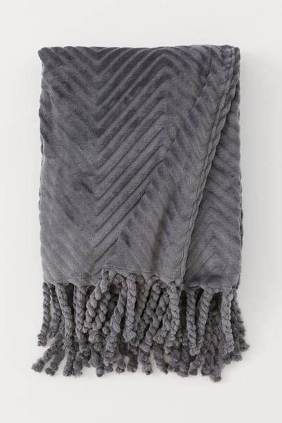 Best H&M Buys: the cosy throw