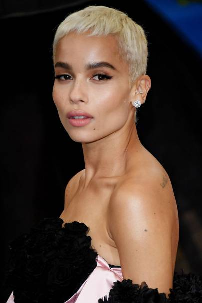 Zoë Kravitz recently chopped off all her hair, sporting a mega cool pixie cut. LOVE LOVE LOVE. She showed off her 'do at the Met Gala 2017.