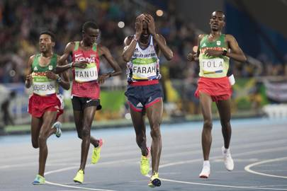 Mo Farah falls - then still wins