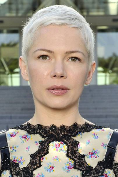 Michelle Williams Is One Of Those Celebrities Who Suits A Pixie Cut So Incredibly Well This Soft Bleach Blonde Style Stunning