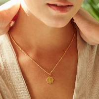 Gifts for her: the delicate necklace