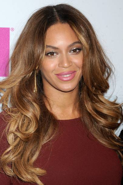 Hitting The Billboard Women In Music Luncheon Beyonce Worked A Glam Beauty Look With Ombre Waves Plenty Of Mascara And Sparkling Pink Lip Shade