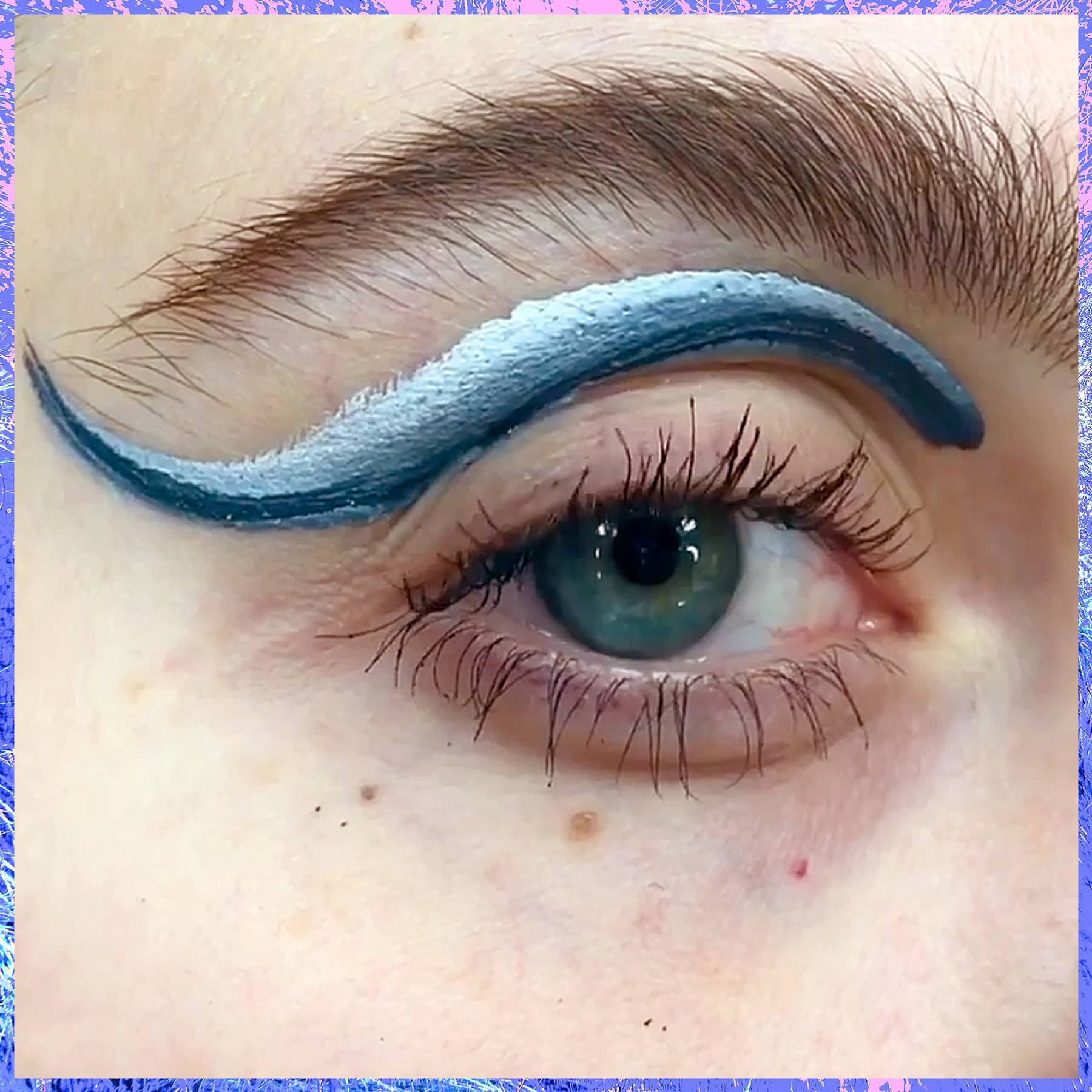 Watch this Instagram user make a gradient cat eye with a single brushstroke