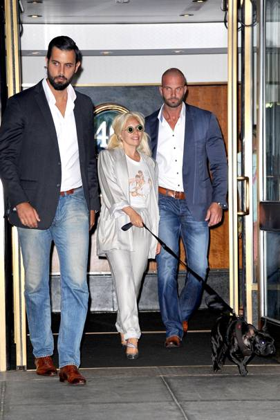 CRAZY FANS ! Lady Gaga hard hotel exit as BODYGUARD FIGHTS ...