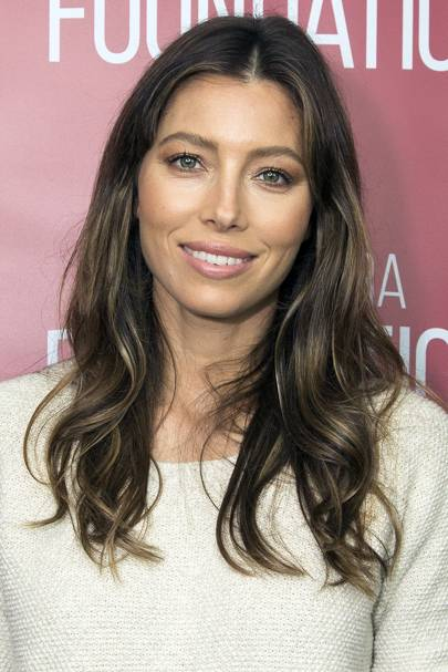 Jessica Biel Shows Us The Modern Way To Wear Ombre, With Just A Few Golden  Strands Framing Her Face, And Then Blended Subtly Into Her Mid Lengths And  Ends.