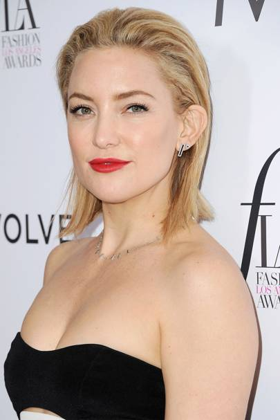 Kate Hudson Keeps It Dry And Textured With This Subtle S Back Do The Red Lip Adds That Extra Edge Too
