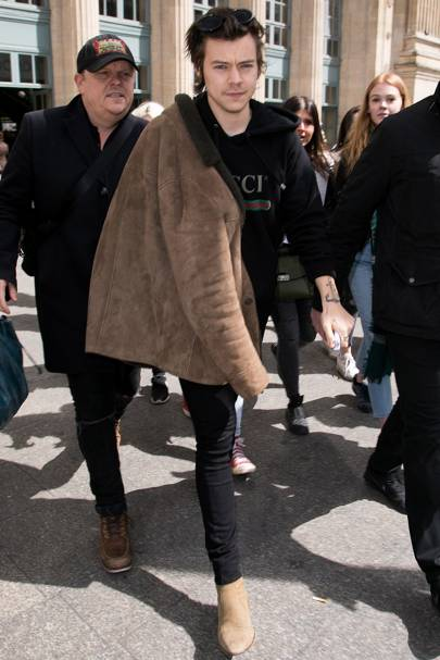 8d76decf0 Now a bonafide solo artist, Harry Styles is following only his own style  agenda. For press duties, the 23-year-old opted for a Gucci hoodie with  brown boots ...