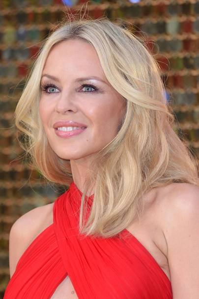 129b3efb5b9 We re loving Kylie Minogue s current hairstyle. Her bright blonde beachy  waves are making us want to go on holiday!