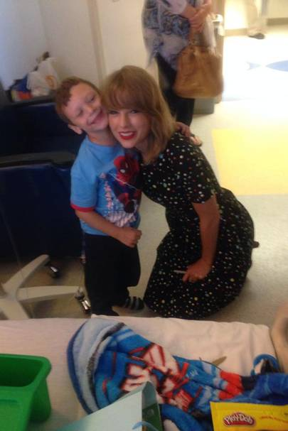 Taylor Swift Surprises Sick Fan With Hospital Visit Glamour Uk