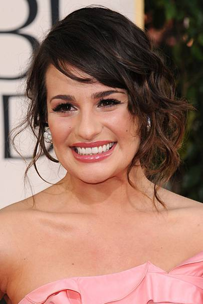 lea michele golden globes 2011 we just love glee starlet leas relaxed gently curled side do soft and romantic with a side swept fringe and low