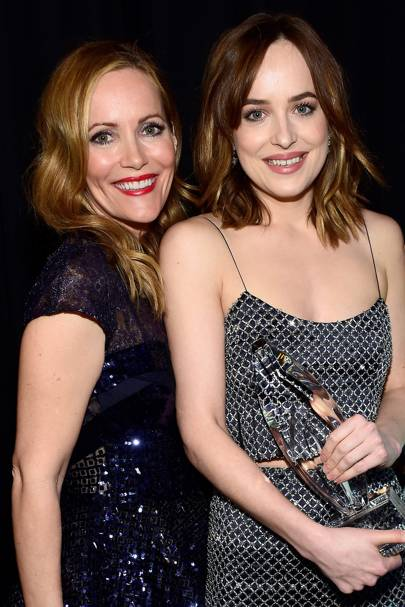 Dakota Johnson and Leslie Mann hit on an interviewer