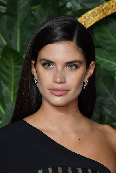 Sara Sampaio has ditched any sign of sunkissed highlights and instead opted for an all-over block colour brown. The best thing about this shade? You can ...