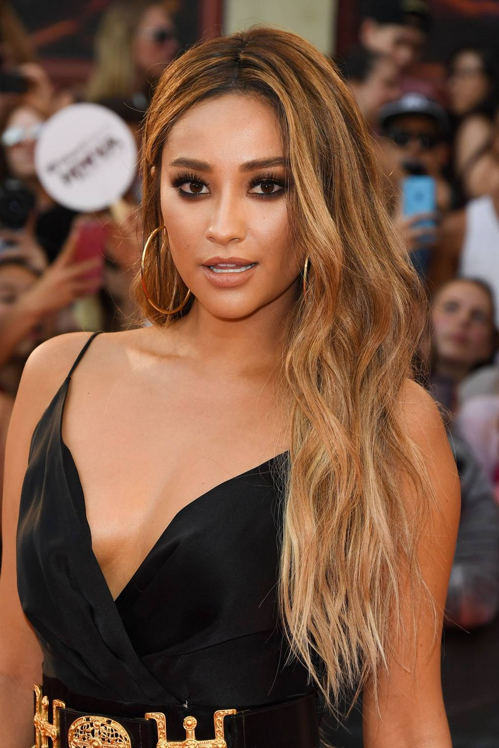 Shay Mitchell hair, makeup & beauty - best hairstyles | Glamour UK