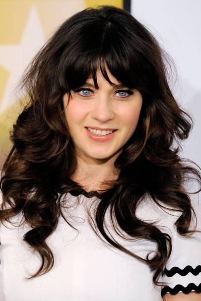 Zooey Deschanel Frames Her Bright Blue Eyes With A Plain Flick Of Black Mascara Keeping Mainly Make Up Free 100s Celebrity Hairstyles For